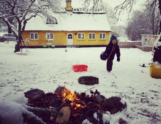 Weekend i Æblehuset. Knitrende sne under såler. Vi tændte bål i haven at varme os på. Blændet af skønhed, lyset i alt det hvide. Bållykke, kælkelykke og kærlighed.