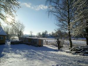 Som omfavnet af den klarhed, kun frost og pludselig januarsol kaster af sig en søndag morgen, før landsbyen omkring os vågner.