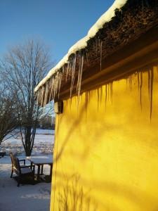 Is i tagskægget på vores gamle hus.