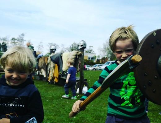 August og Villum til aktivitetsdag i vores landsby Gevninge. Foto: Anne Anthon Andersen.