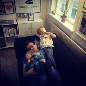 Familiero i sofaen efter en kærlig historie, nudging