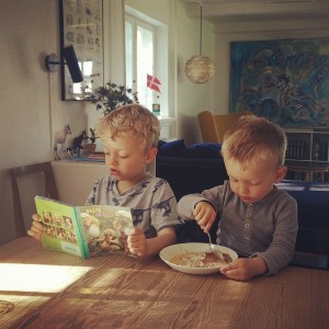 Når vi lader drengene i fred, opstår der ofte stjernestunder som denne. August får lyst til at underholde sin lillebror ved at læse højt for ham. Foto: Anne Anthon Andersen.
